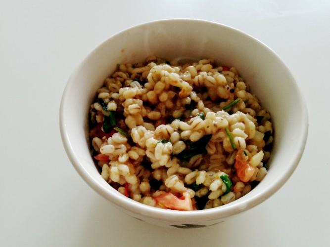 Perlinės kruopos, pomidorai, špinatai, kepti svogūnai, kanapių sėklos, druska, šafranas